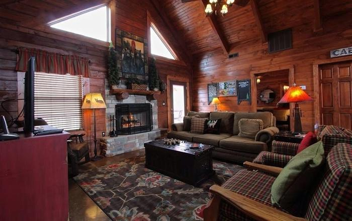 ALL WOOD FOUR BEDROOM CABIN WITH HOT TUB!,