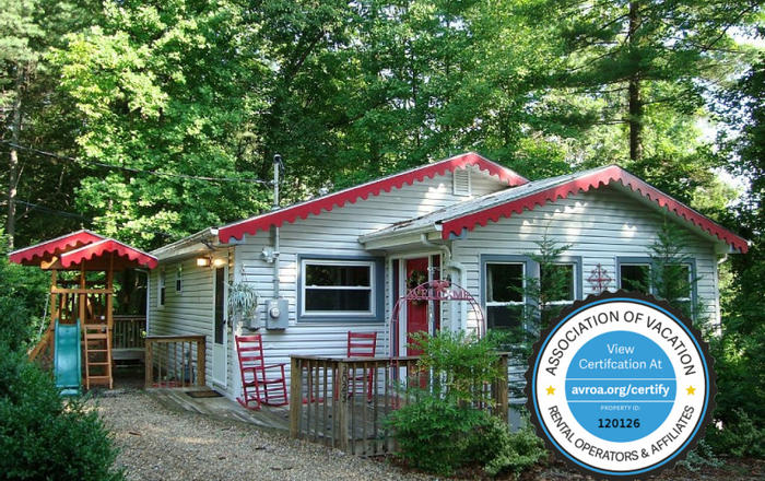 Story Book Cottage-Massage Chair/Hot Tub/King/Queen/Fireplace/WiFi/Woods/Kid Friendly, Asheville