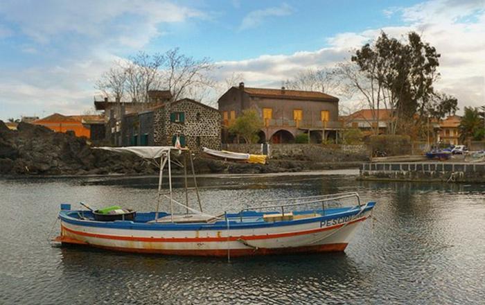 Villa with garden in Sicily near the sea., Acireale