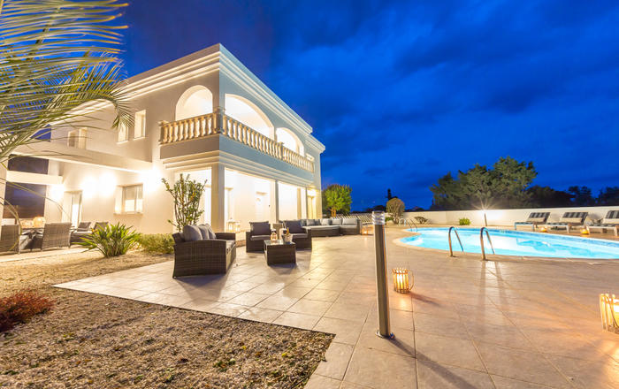 Villa Natasha - Hot Tub, Walking distance to Beach and Coral Bay just a short drive with more than 40 restaurants and all amenities, Peyia