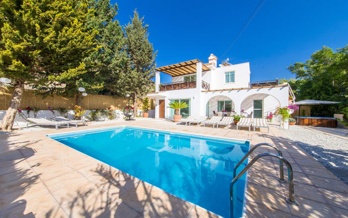 Villa Eva, 4 bed, private pool, hot tub, 2 mins to Peyia Village, 1- mins to Coral Bay, Peyia