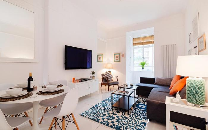 Bright Hazlitt Road Apartment, Londra