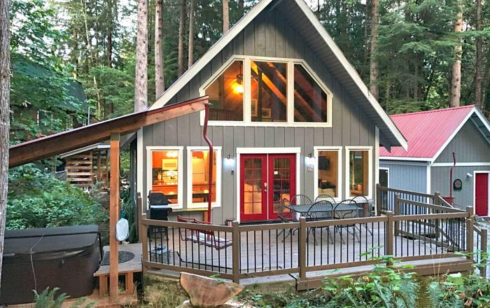 Charming Woodsy Cabin with a hot tub, Glacier