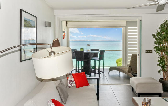 One-Bedroom Apartment first floor up to 4 guests, located on the beach, Grand Case