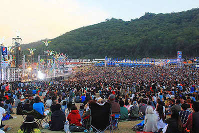 Crowds gather at dusk for a big event at the Big Mountain Music Festival