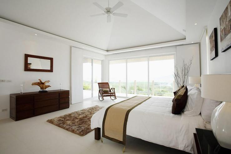 Andaman View (V02) - Master bedroom, with vaulted ceiling, en-suite bathroom, air conditioning and ceiling fans