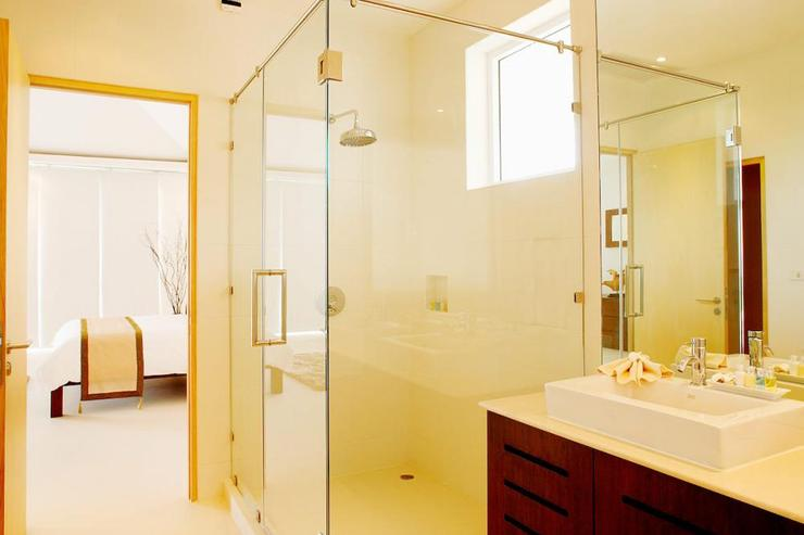 En-suite bathroom to the master bedroom, with large walk-in shower and jacuzzi bath