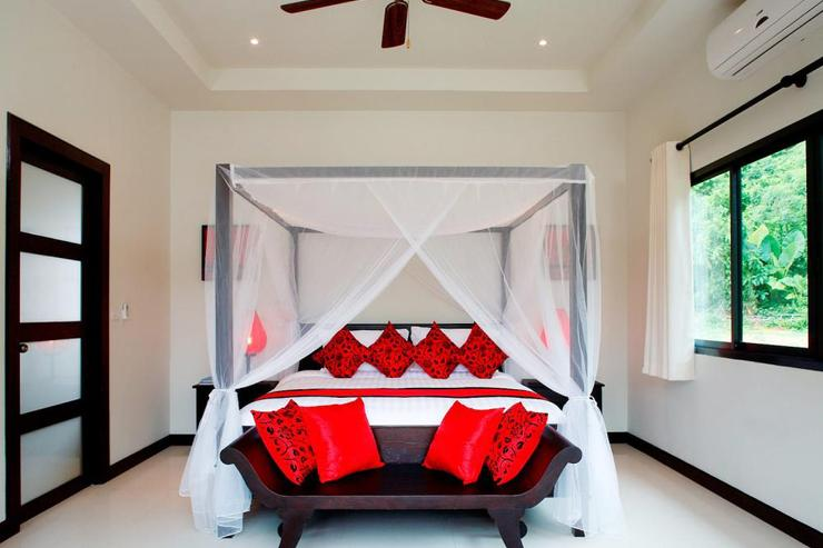 Crystal Villa (V04) - Master bedroom, complete with king-size four poster bed and en-suite bathroom