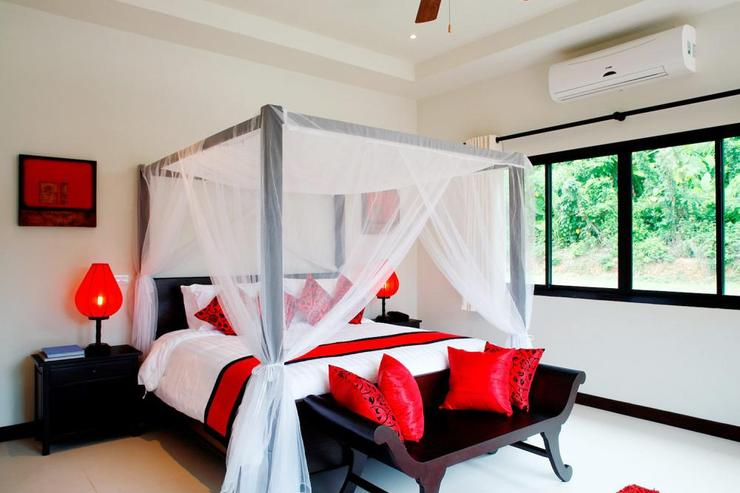 Crystal Villa (V04) - Master bedroom with king-size bed, with air-conditioning and ceiling fan