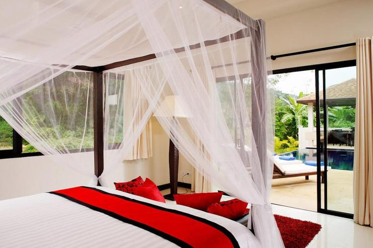 Crystal Villa (V04) - Master bedroom, with direct access to the sundeck and swimming pool