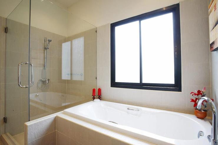 Crystal Villa (V04) - Master en-suite bathroom, with bath, walk-in shower and dual hand basins