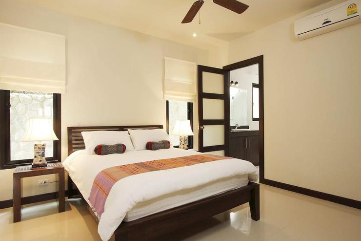 Bedroom 5 with queen-size bed and en-suite shared bathroom