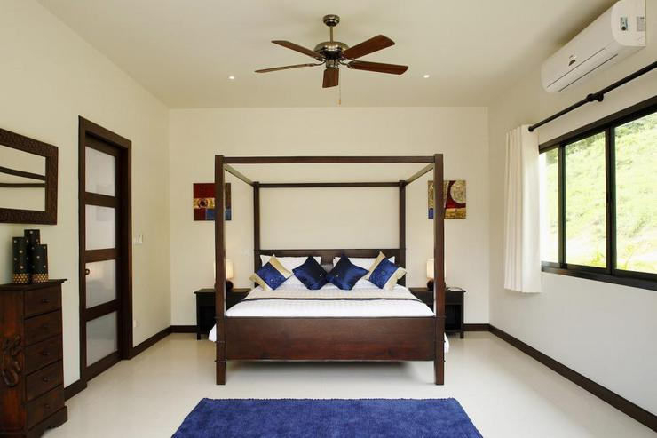 Gemstone Villa (V07) - Master bedroom with four-poster king-size bed and en-suite bathroom