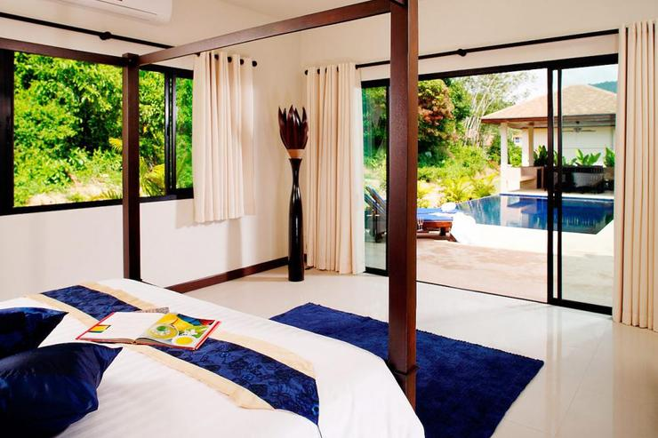Gemstone Villa (V07) - Master bedroom with sliding doors opening directly onto sun deck and private swimming pool