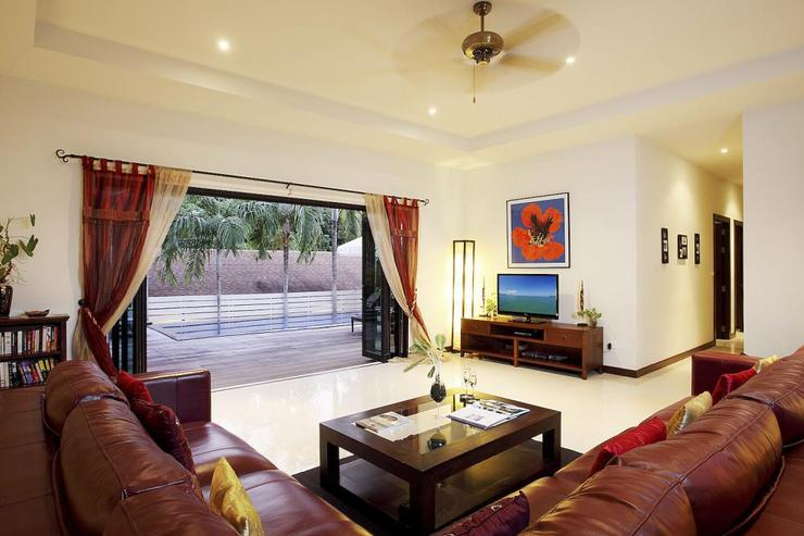 Moonstone Villa (V09) - Large living room, complete with flat screen TV, DVD Player and cable channels