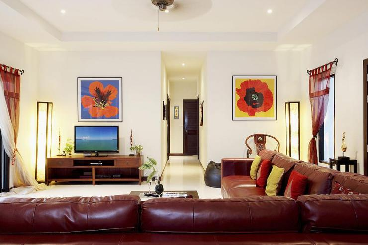 Moonstone Villa (V09) - Large Living room with fabulous leather sofa and dramatic art work