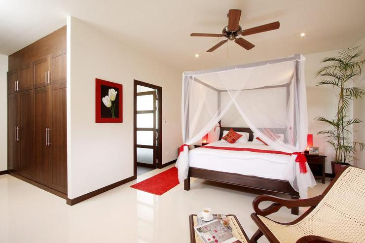 Moonstone Villa (V09) - Master bedroom with king size bed and en-suite bathroom