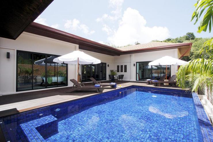 Moonstone Villa (V09) - The large 8 x 4 metre private swimming pool is surrounded by sunbeds and large outdoor umbrellas