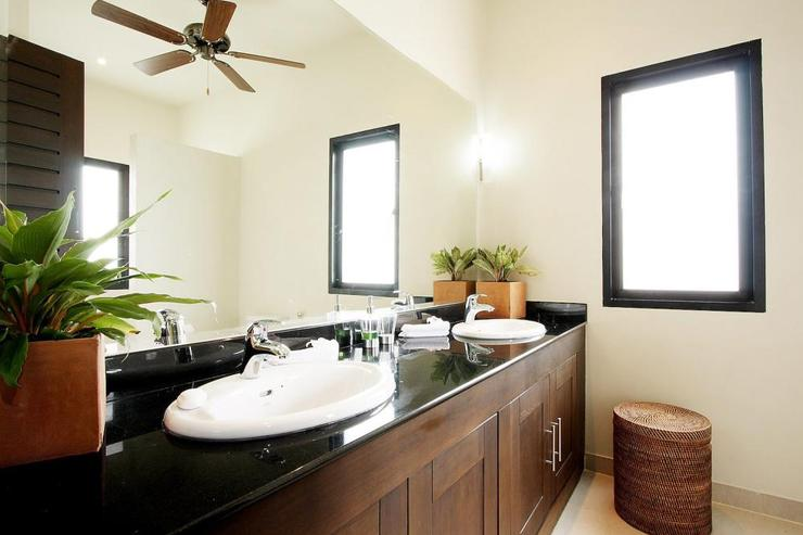 Moonstone Villa (V09) - Large family bathroom for use of guests using bedroom 2 and 4