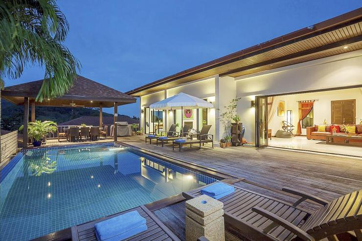 Moonstone Villa (V09) - The living room opens directly to the sundeck and swimming pool