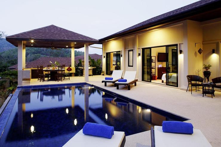 Sapphire Villa (V14) - The sala, adjacent to the swimming pool, is perfect for al fresco dining or evening BBQs