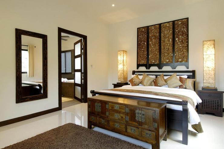Sapphire Villa (V14) - Stylish master bedroom with king size bed, air conditioning, ceiling fan and en-suite bathroom
