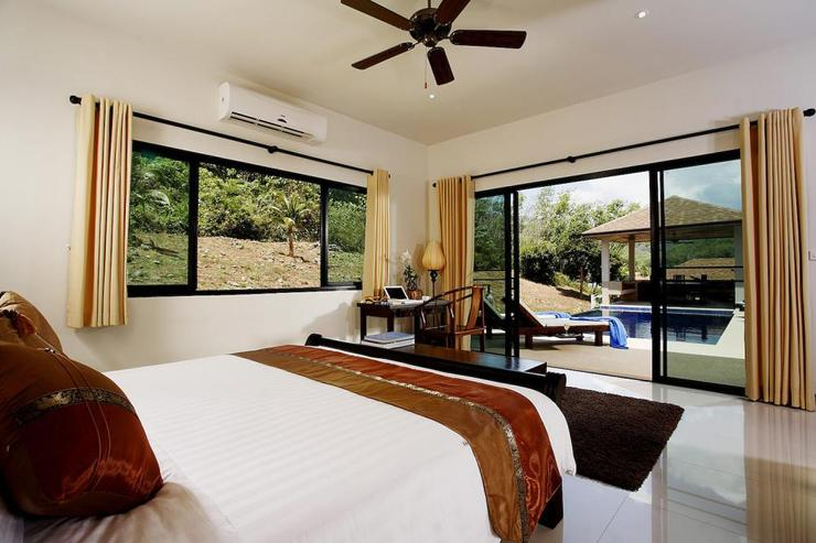 Sapphire Villa (V14) - Master bedroom with sliding doors to private swimming pool and sundeck