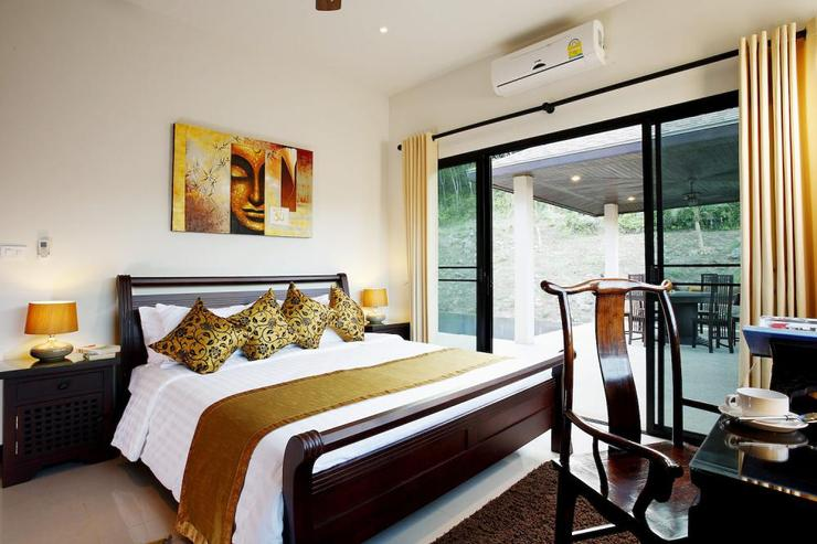Sapphire Villa (V14) - Bedroom 2, with king-size bed and shared bathroom
