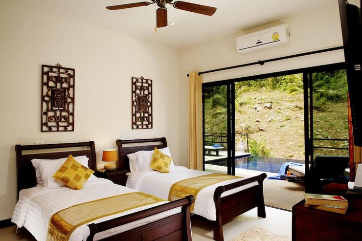 Sapphire Villa (V14) - Bedroom 3 with twin single beds and sliding doors for direct access to sun deck and swimming pool