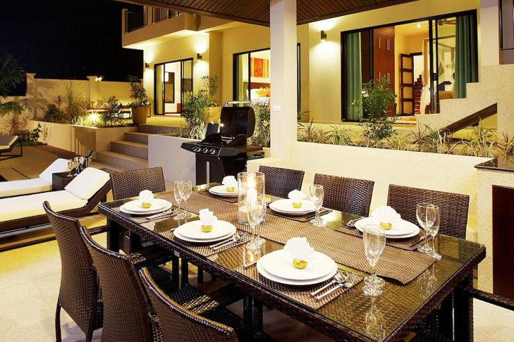 Outside dining area in the sala is perfect for enjoying al fresco dining or evening BBQs