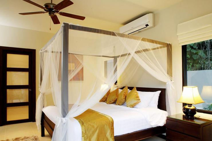 Bedroom 2 with king-size bed, air conditioning, ceiling fan and en-suite bathroom