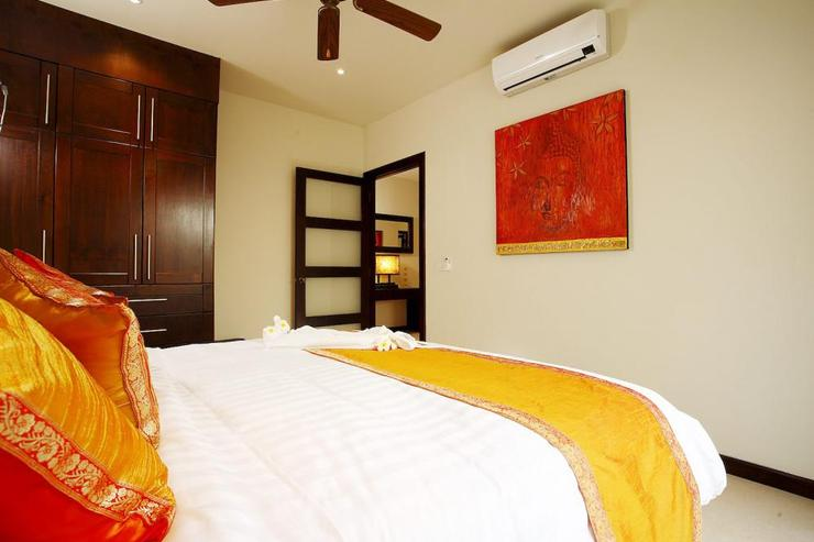 Bedroom 4 with king-size bed, air conditioning and ceiling fan