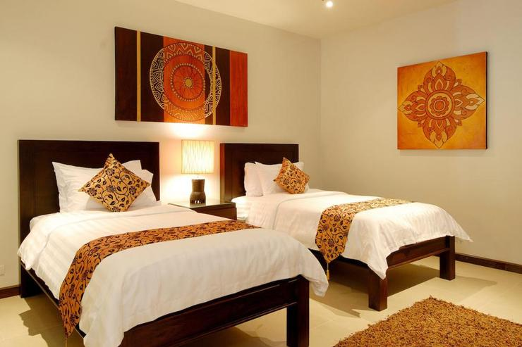 Sunstone Villa (V15) - Bedroom 5, with 2 single beds, TV/DVD player and en-suite bathroom with bath