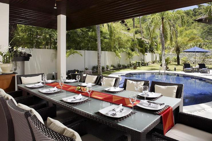Outide dining area in the sala, adjacent to the swimming pool, perfect BBQs in the evenings