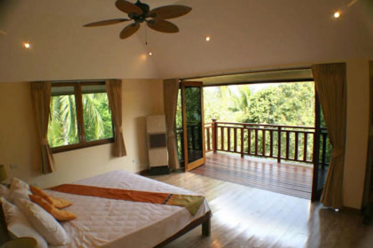 Villa Vadee Koh Phangan - Master Bedroom with Balcony overlooking the bay