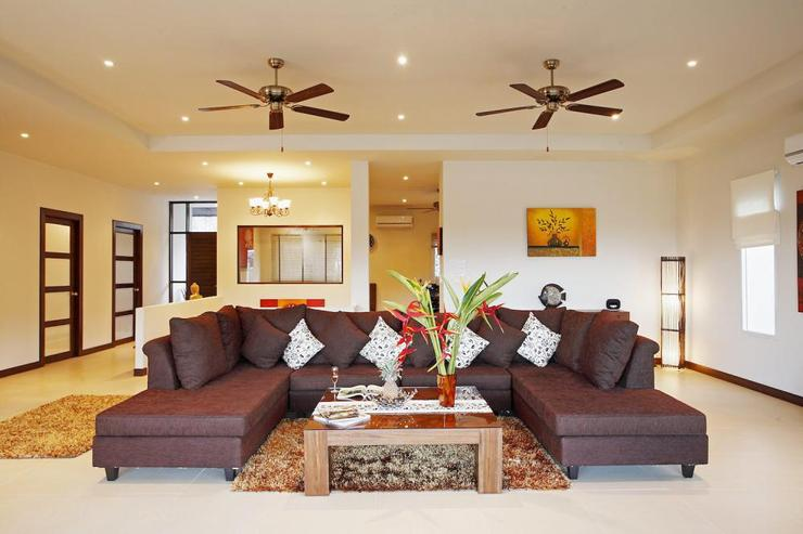 Amber villa (V01) - Huge inviting sofa in sizeable living room