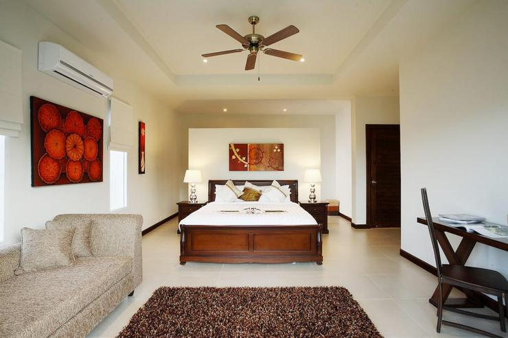 Amber villa (V01) - Master bedroom with en-suite bathroom, air-conditioning and ceiling fan