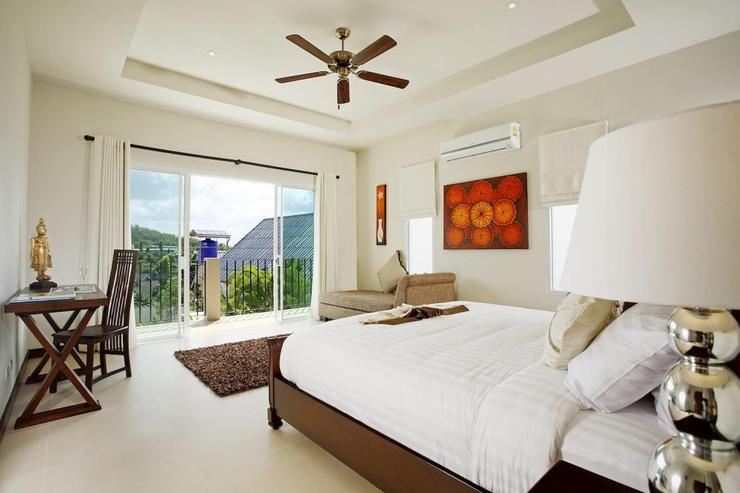 Amber villa (V01) - Master bedroom (upstiars) with balcony and open views across the valley