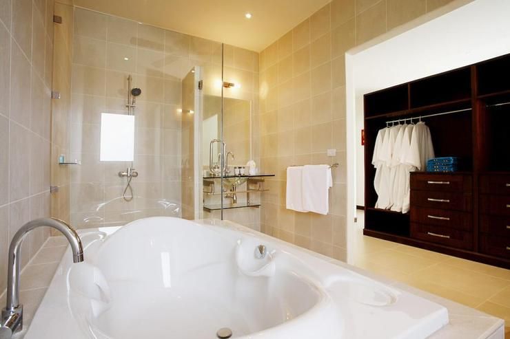 Amber villa (V01) - Large master bathroom with bath, walk in shower and two hand basins