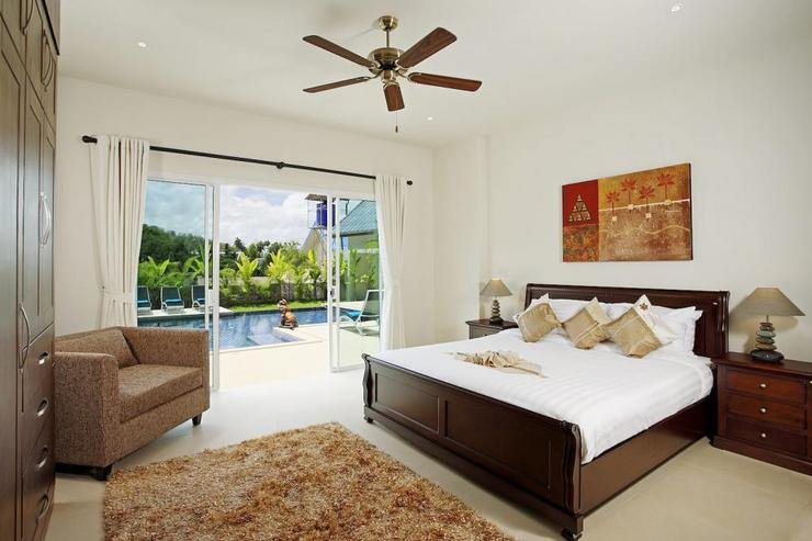 Amber villa (V01) - Bedroom 4 (downstiras) with direct acess to the pool and king-size bed