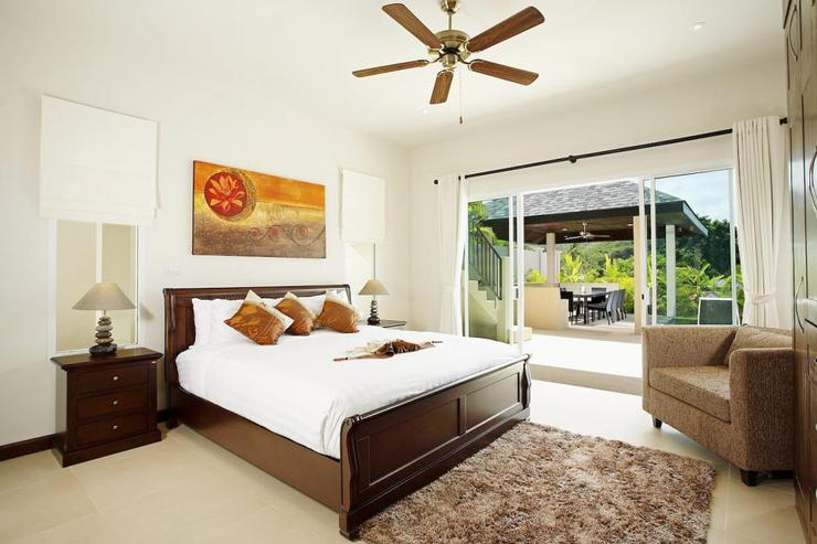 Amber villa (V01) - Bedroom 3 (downstairs), with king-size bed and direct acess to swimming pool and sun deck