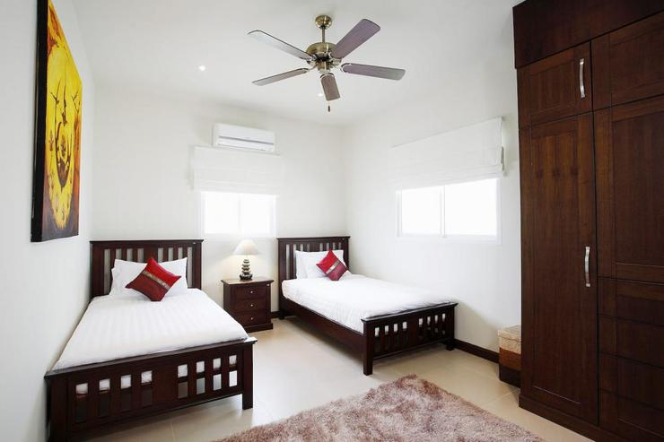 Amber villa (V01) - Bedroom 2 (upstairs), with twin beds and private bathroom