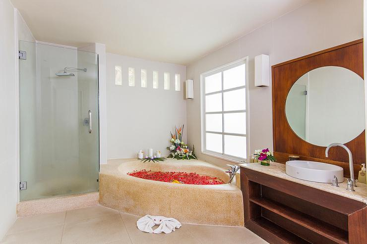 Baan Arun - Bathroom 1 - large private bathroom complete with everything you need
