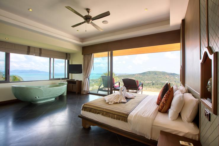 Master bedroom 2 with ocean-view balcony, bathtub, en-suite and king-sized bed