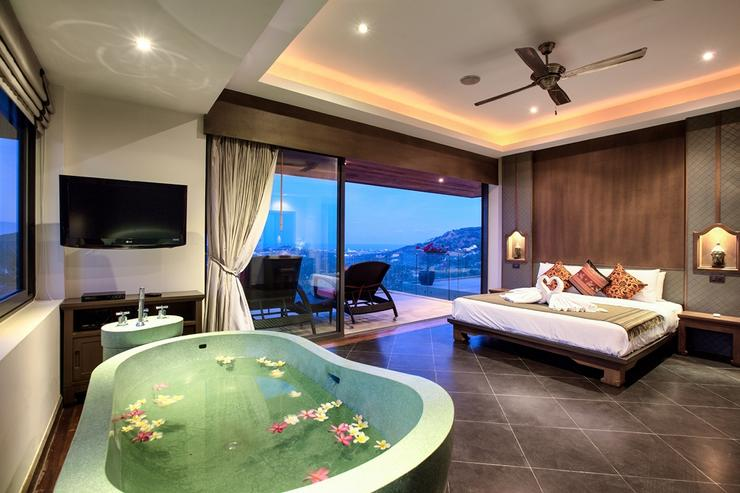 Master bedroom 1 with ocean-view balcony, bathtub, en-suite and king-sized bed