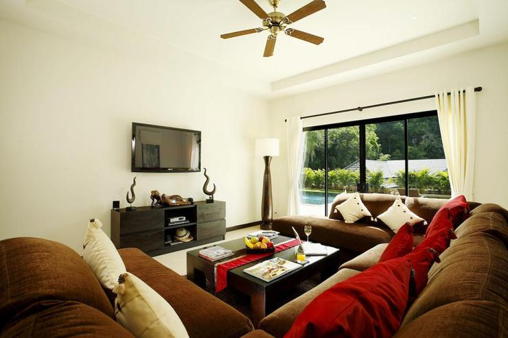Second living room, with direct access to swimming pool and sundeck