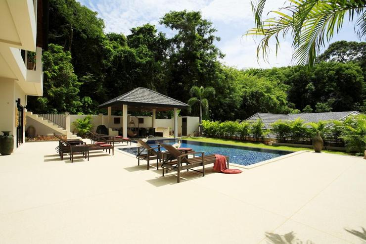 Coral Villa (V03) - Spacious sun deck, surrounded by sunbeds to soak up the sunshine