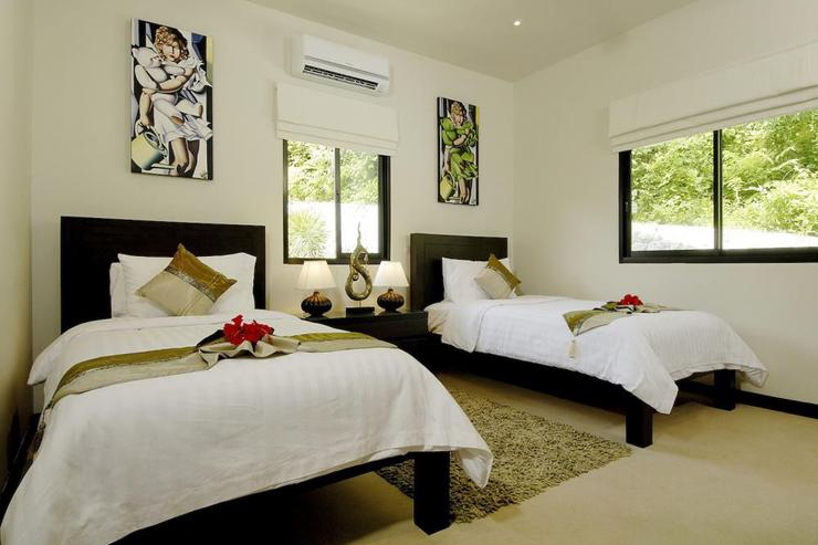Coral Villa (V03) - Bedroom 2, on upper level with master bedroom, with twin beds and en-suite bathroom