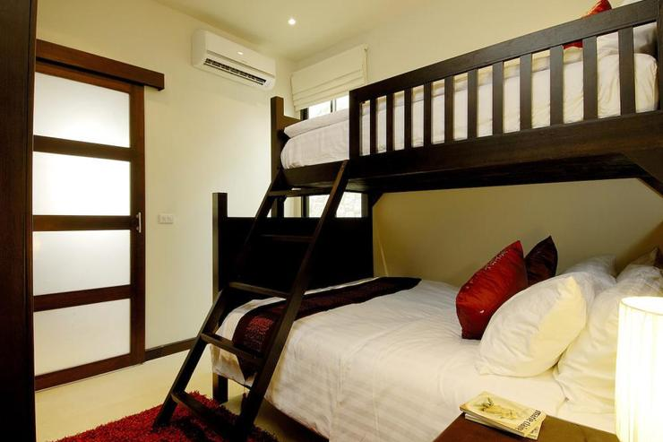 Coral Villa (V03) - Bedroom 6, with queen-size bed and single bunk above, and shared en-suite bathroom