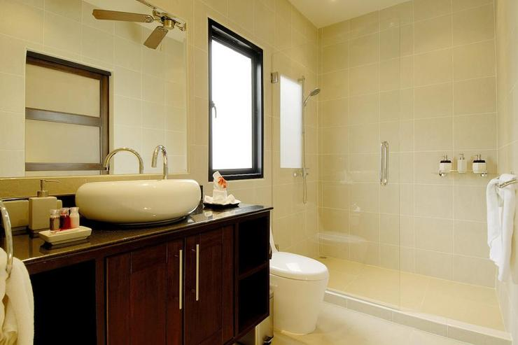 Family bathroom shared by bedrooms 5 & 6 with large walk in shower